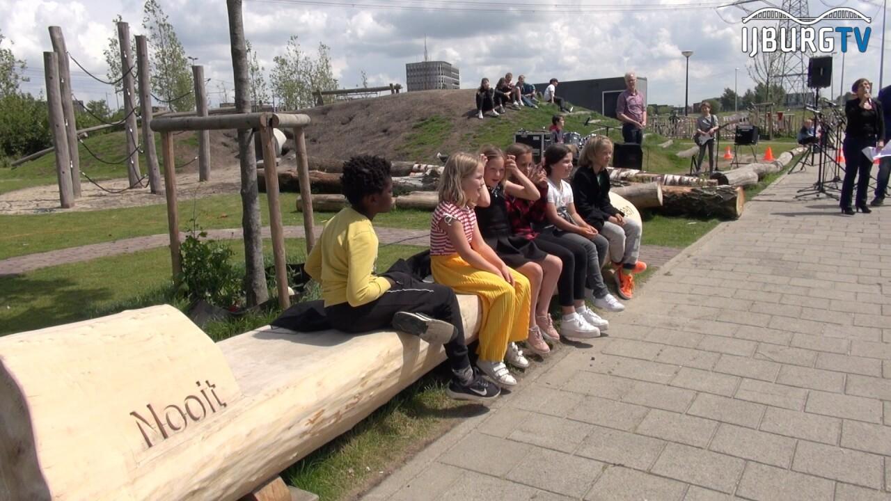VIDEO: Het Nooit Alleen Bankje geopend bij de Montessorischool