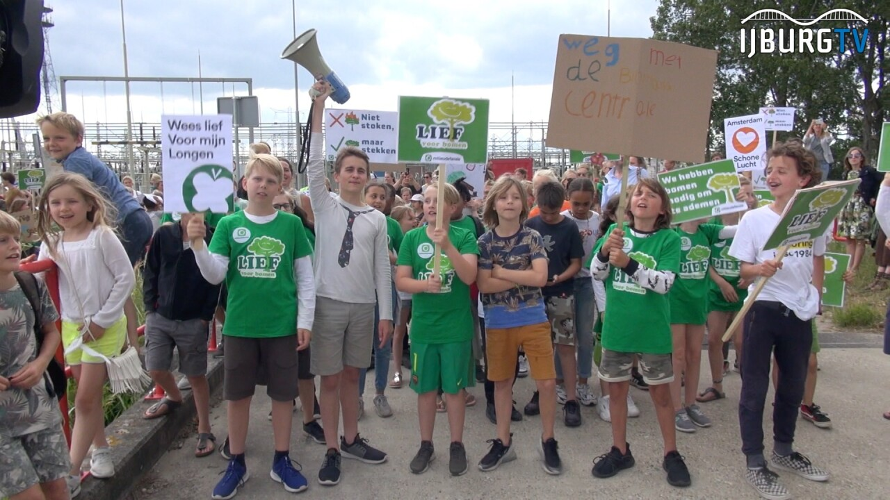 VIDEO: Protestmars van honderden kinderen tegen biomassacentrale