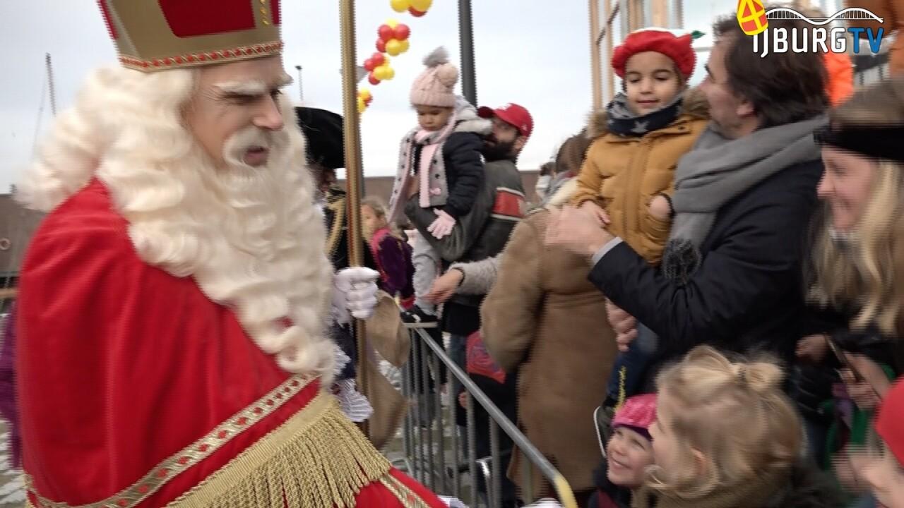 Sinterklaas feestelijk onthaald in de haven van IJburg
