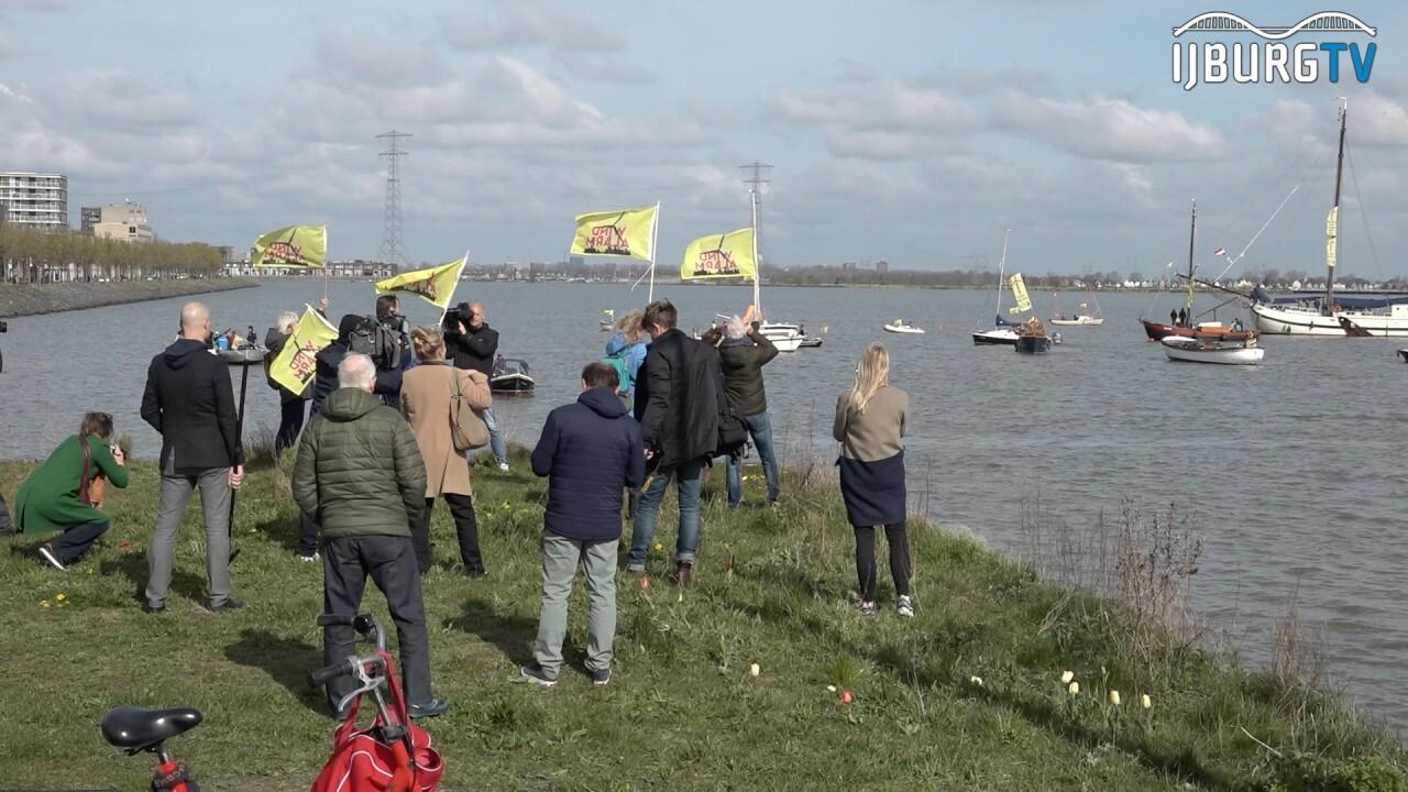 Botenparade tegen komst windmolens in Amsterdam